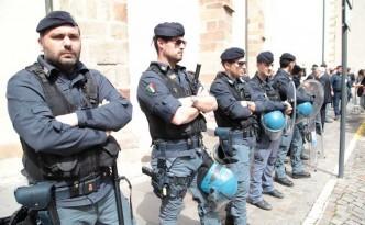 polizia braccia incrociate